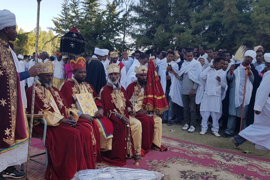 Prêtres à Axoum durant la fête de Timkat