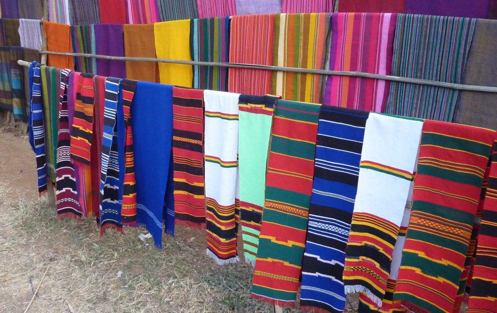 Marché de tissus, village Dorze