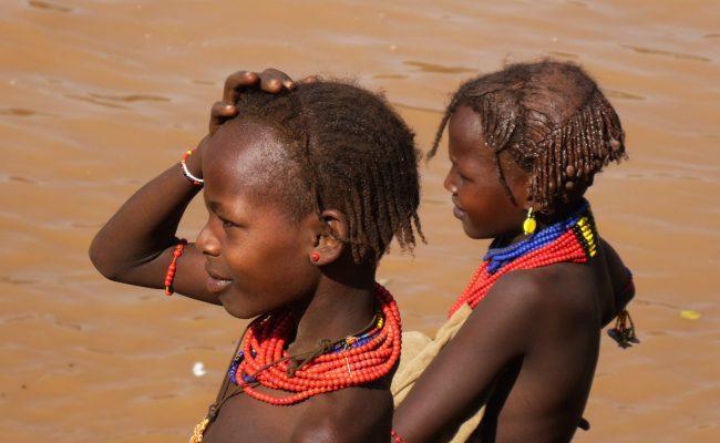 Jeunes filles Dassenech avec leur imposants colliers